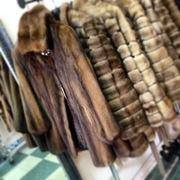 Норковая шуба коричневого цвета с красивым медным оттенком